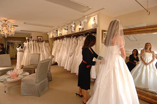 Escogiendo-el-Vestido-de-Novia---Tienda-de-Vestidos-de-Novia---Novia-probandose-vestido-con-velo-