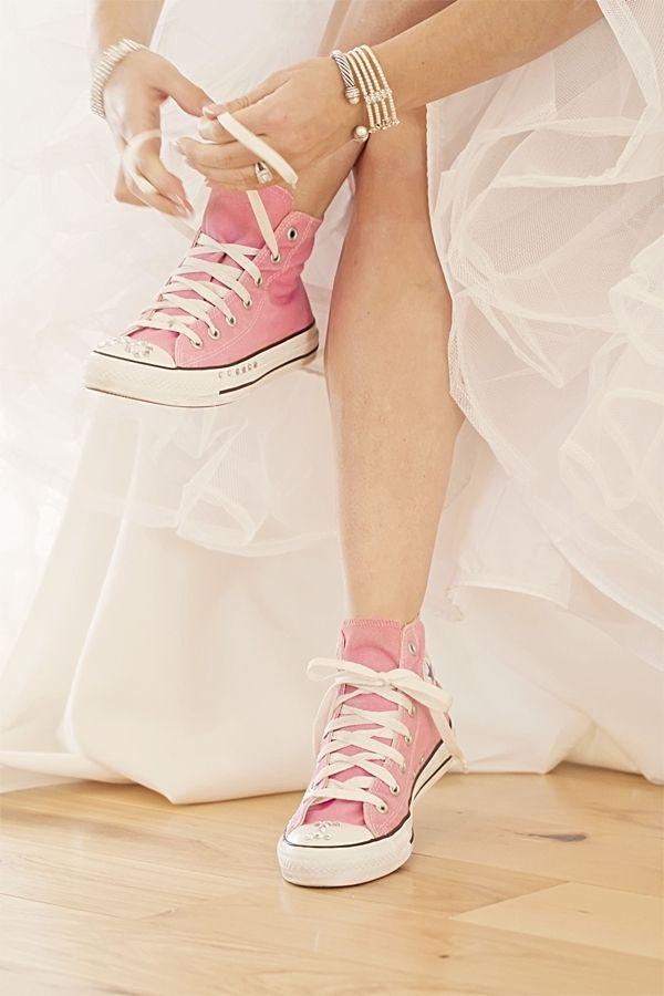 Novia probandose vestidos de novia con zapatos comodos