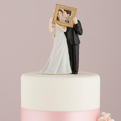 Novios con Marco gigante pastel de boda