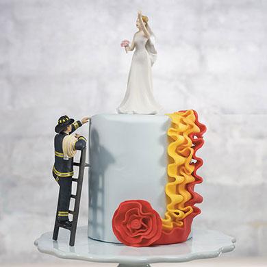 Bombero en lo alto del pastel