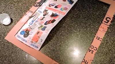 Marco Gigante con cartón y periódico