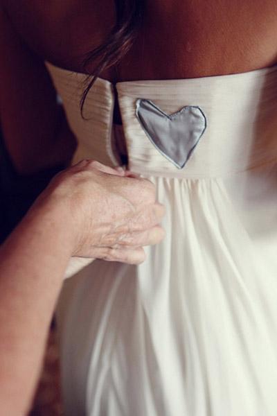 Corazon azul en vestido de novia