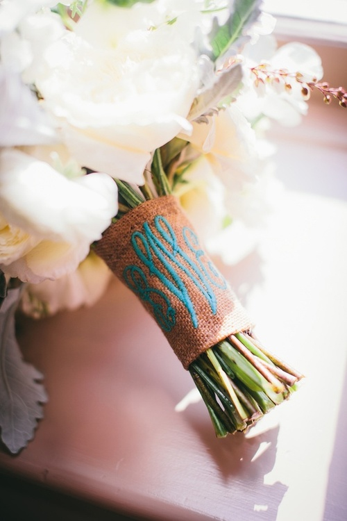 Detalle azul bordado en el ramo de novia
