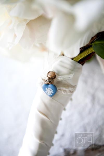 Detalle azul en el ramo de novia