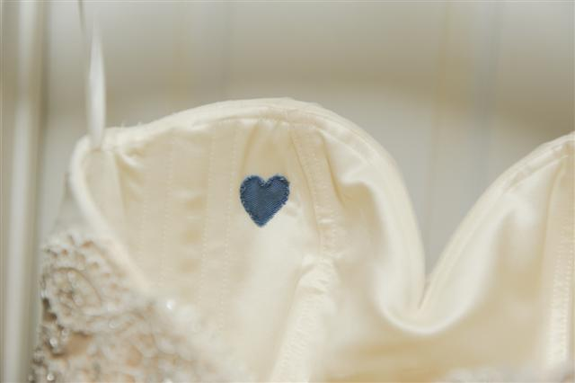 Detalle de corazon azul cosido en el vestido de novia