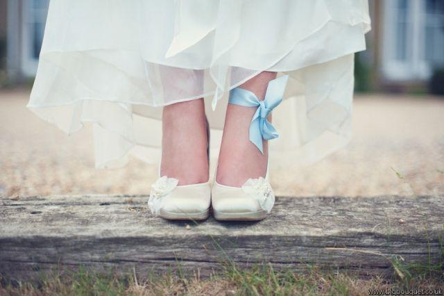 Liston azul en el pie de la novia