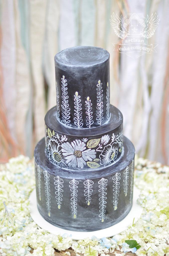 Pastel de Boda Pizarra y gis con flores dibujadas