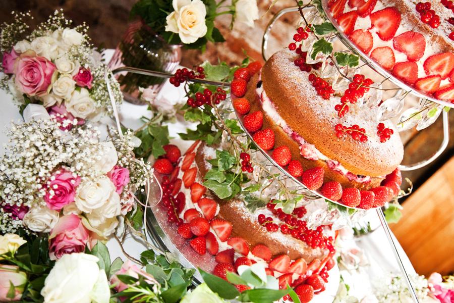 Pastel de Boda desnudo con frutos rojos