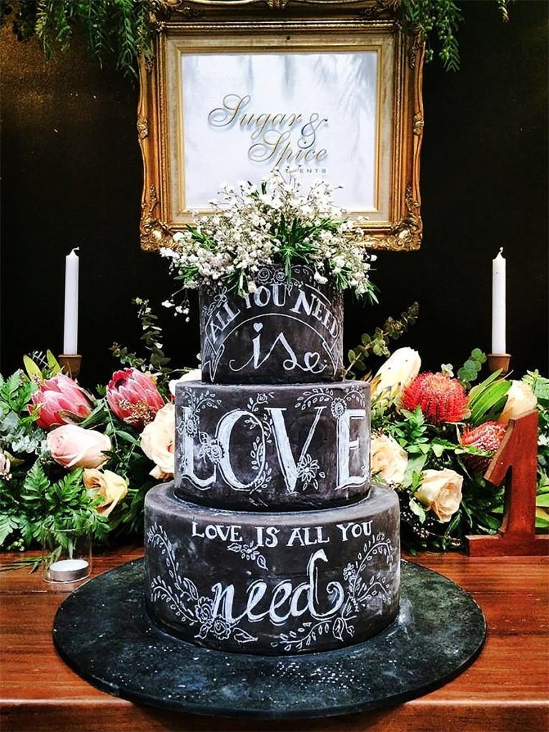 pastel de boda pizarra y gis con flores