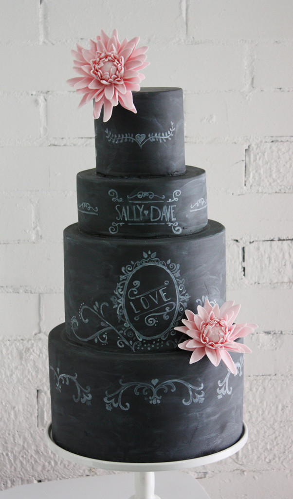 Pastel de Boda pizarra y gis con flores rosas