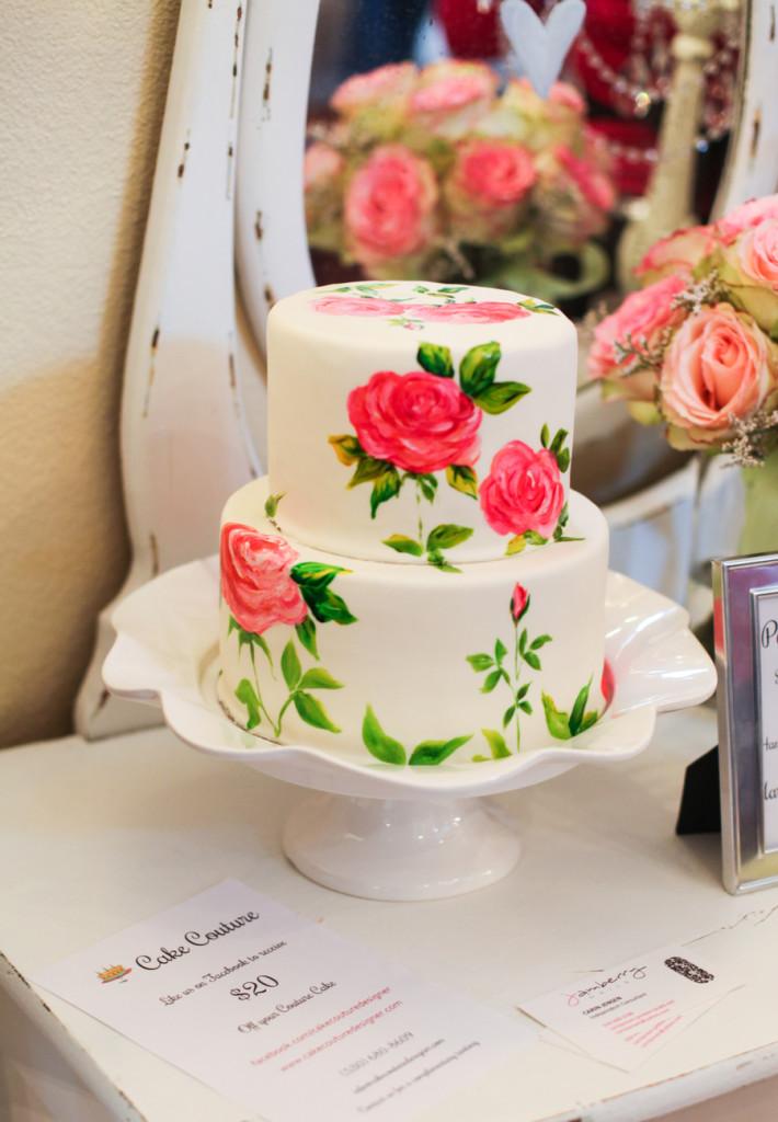 Pastel de boda con flores pintadas a mano
