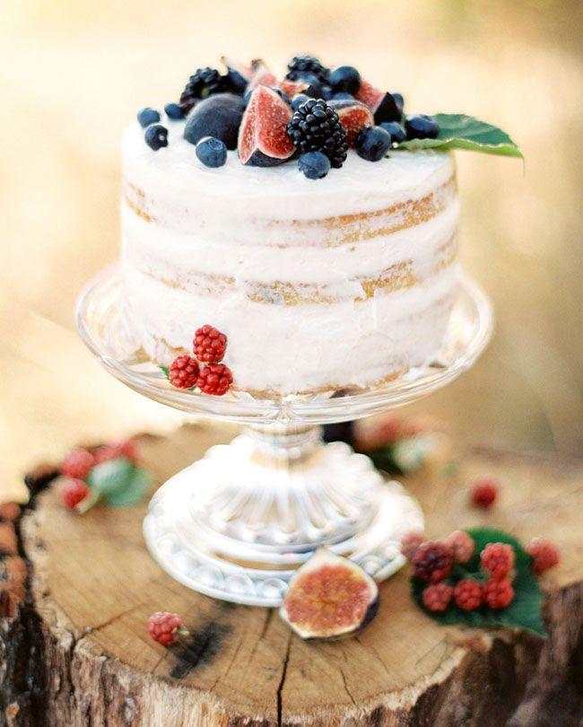 Pastel de boda desnudo con frutas