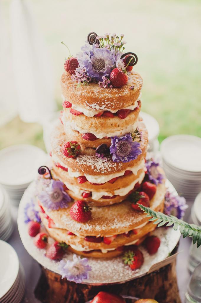 Pastel desnudo con fresas y flores