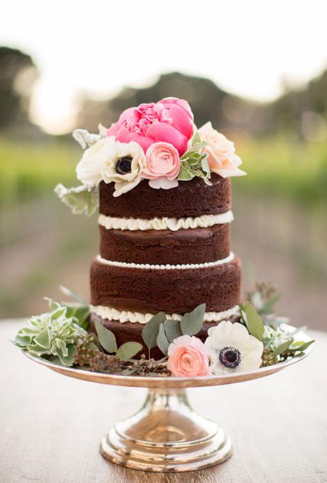 Pastel desnudo de chocolate con flores