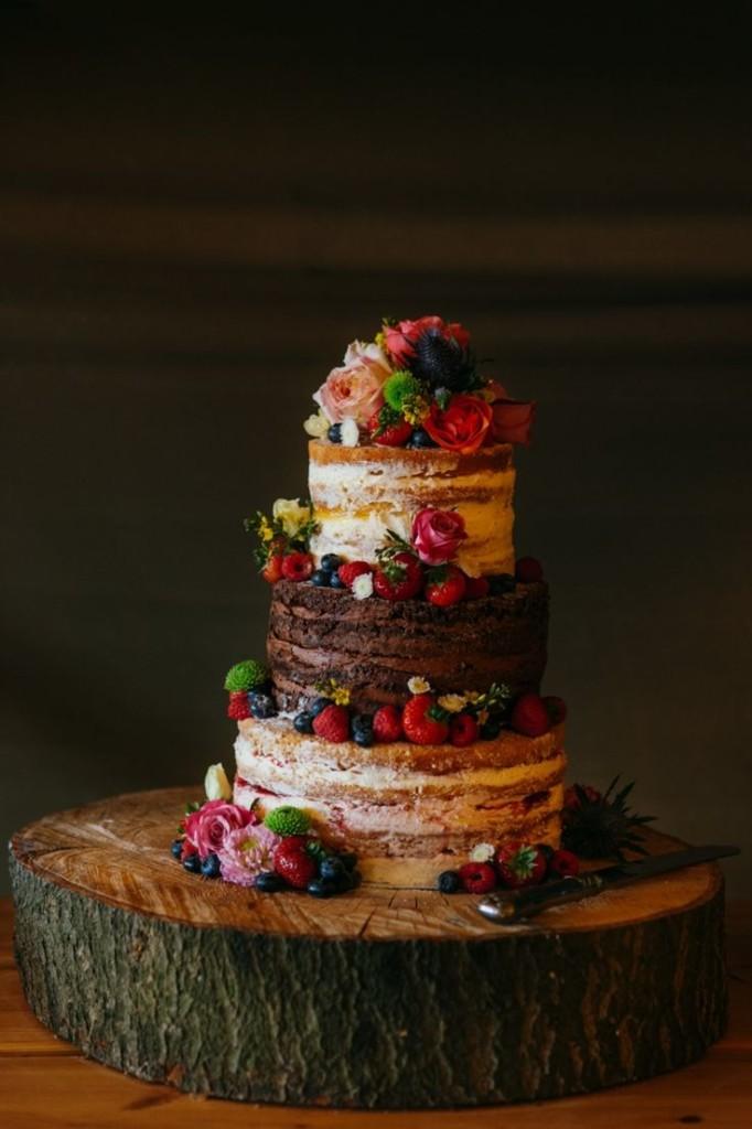 Pastel desnudo dos sabores con frutas y flores