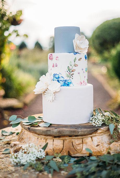 Pastel pintado con flores