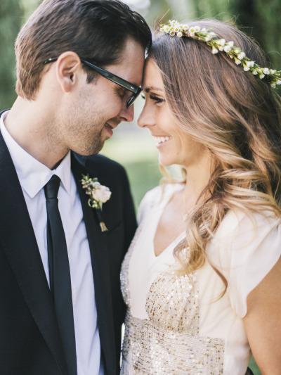 Peinado de novia cabello suelto con corona de pequeñas flores