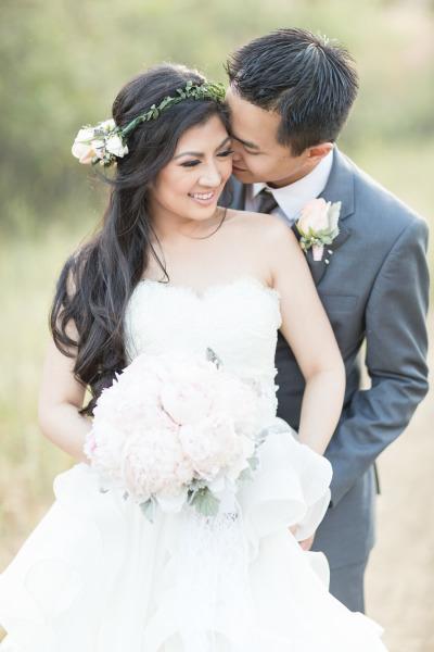 Peinado de novia cabello suelto con corona de rosas y hojas