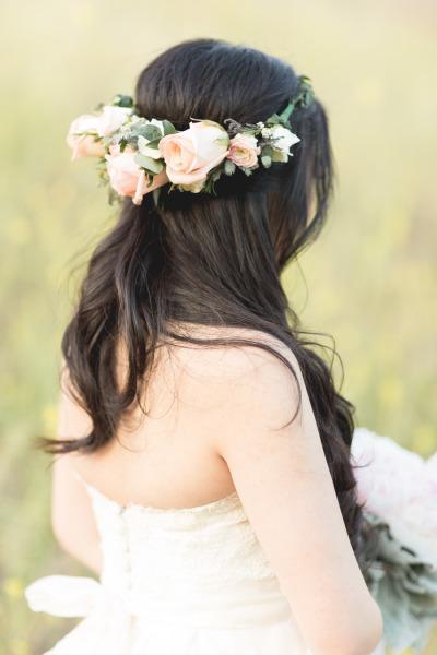 Peinado de novia cabello suelto con corona de rosas