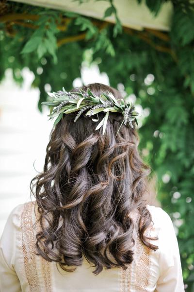Peinado de novia cabello suelto con flores y hojas