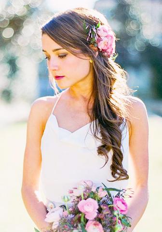 Peinado de novia con cabello suelto y flores rosas