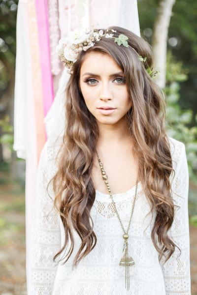 Peinado de novia pelo suelto con corona de flores