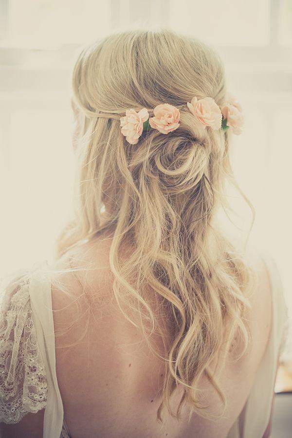 Peinado de novia pelo suelto con flores rosas