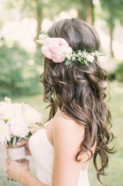 Peinado de novia pelo suelto con rosas