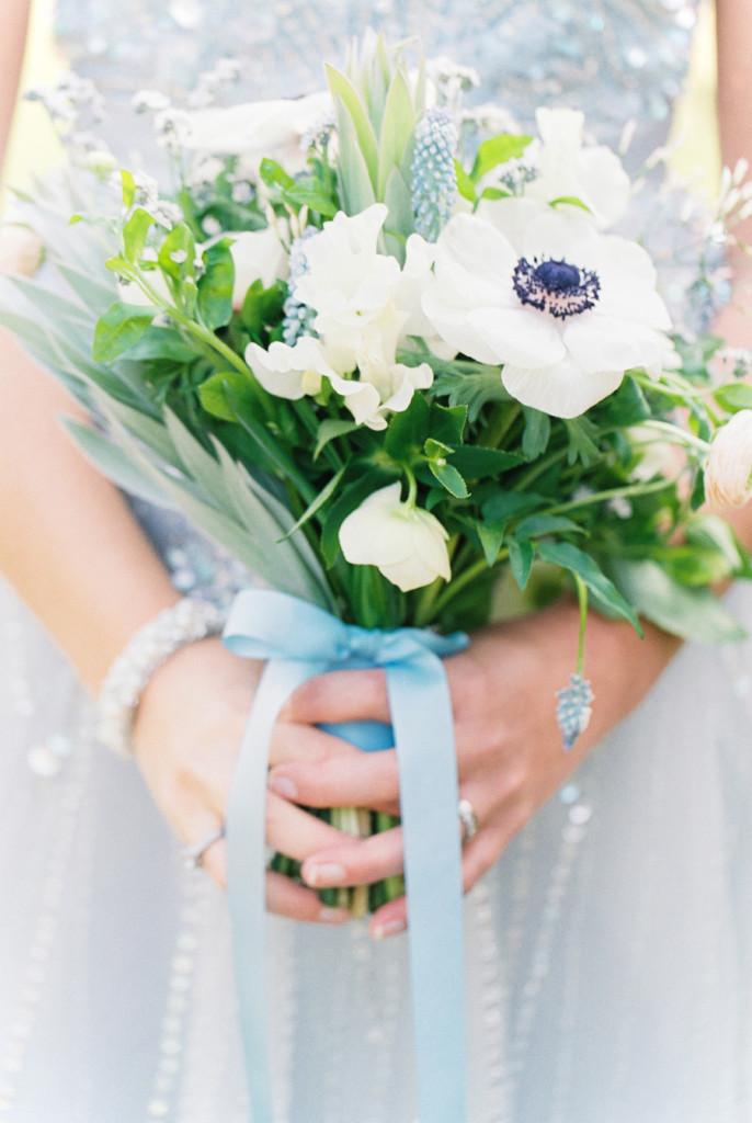 Ramo de novia con detalle de listón azul