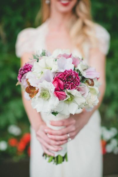 Ramo de novia con flores que resaltan