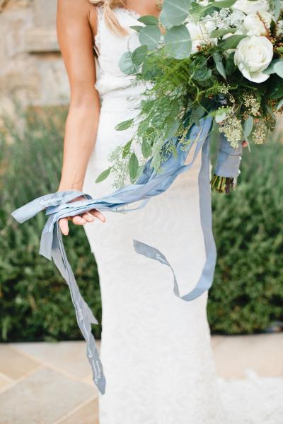 Ramo de novia con un listón azul