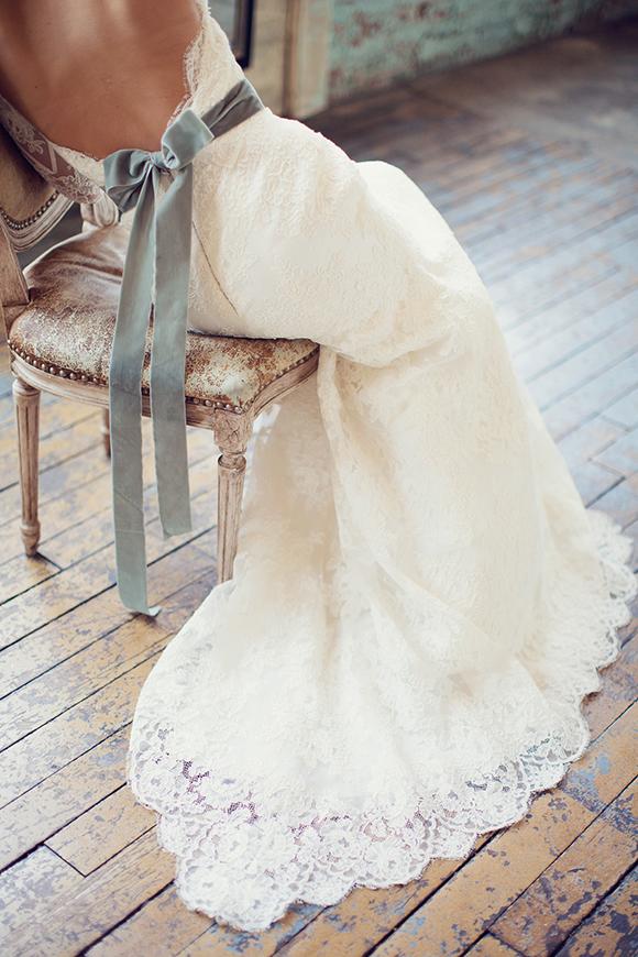 Vestido de novia con liston azul