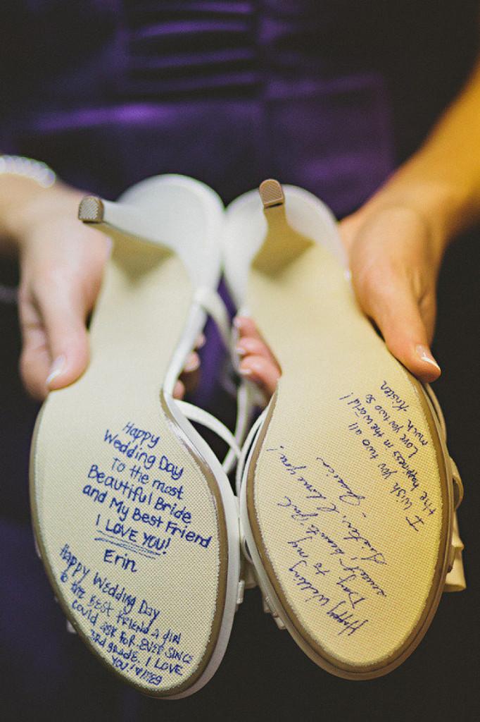 Zapatos de novia con mensajes azules