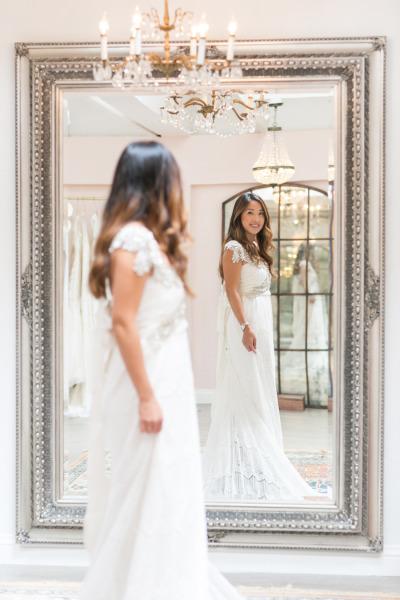 Novia con vestido frente al espejo