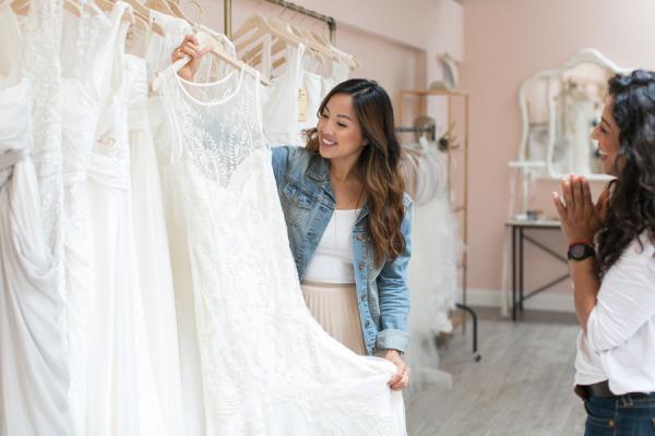 Novia feliz con su vestido de novia