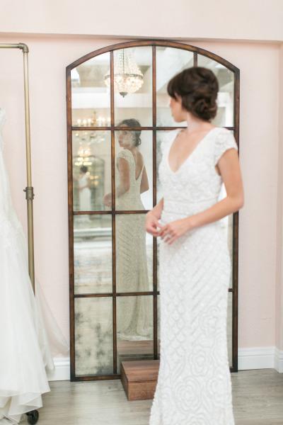 Novia probandose vestido de novia