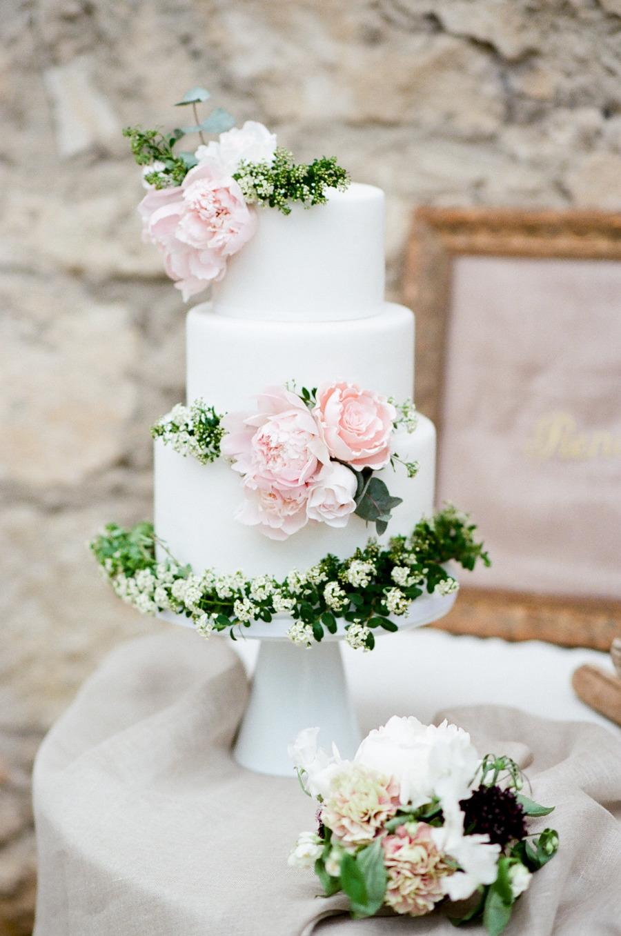 Pastel Blanco con flores