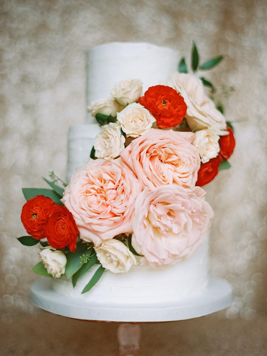 Pastel blanco con flores rojas