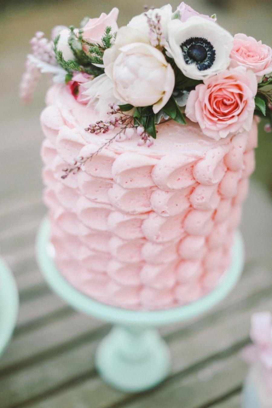 Pastel color rosa con flores