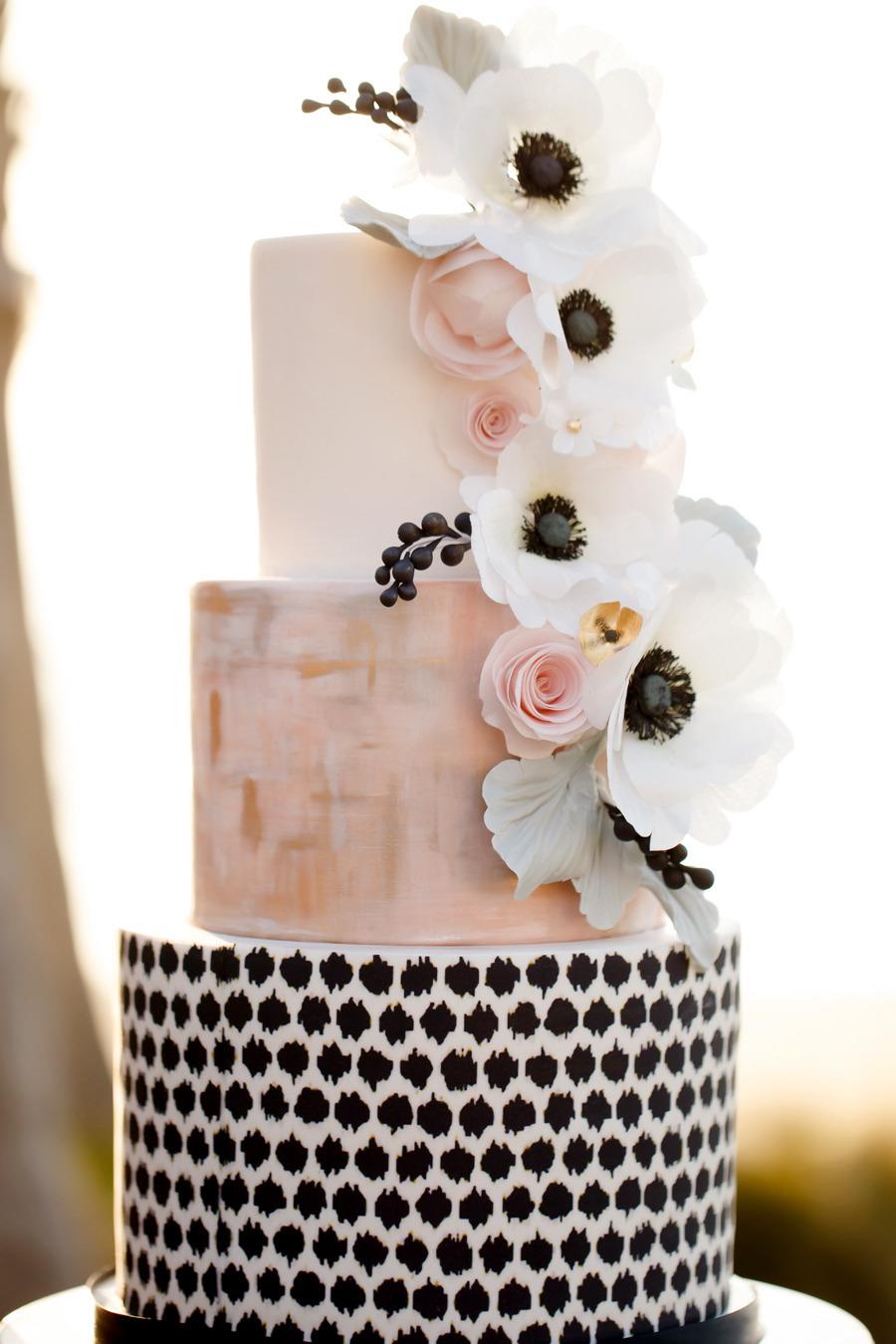 Pastel con flores anemonas