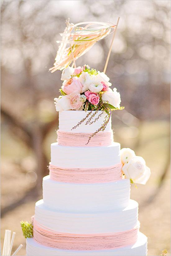Pastel de Boda blanco y coral con flores