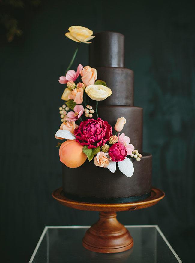 Pastel de boda de chocolate con flores