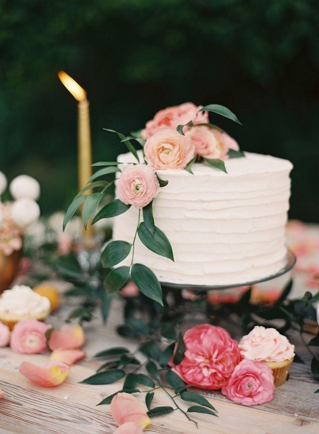 Pastel de boda pequeño con flores