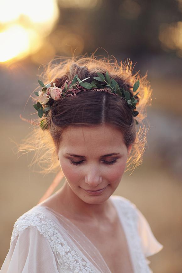Peinado de Chongo con Corona de Flores