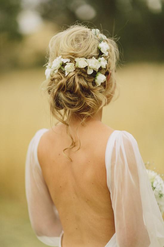 Peinado de Novia de chongo bajo con flores