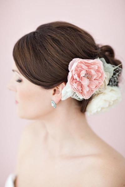Peinado de Novia recogido con detalle floral