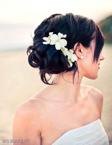 Peinado de Novia recogido con flores al lado