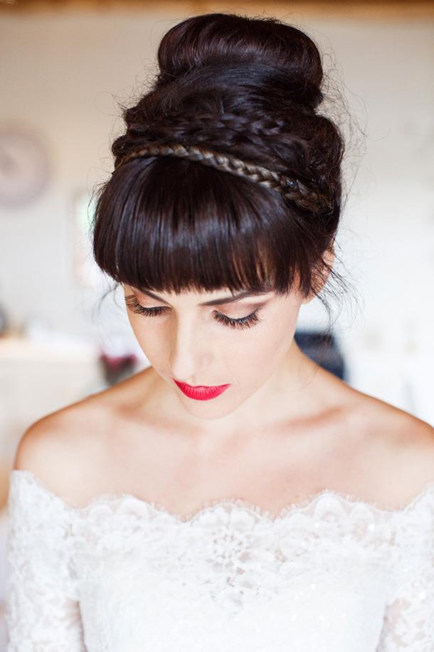 Peinado de novia de chongo con diadema de trenza