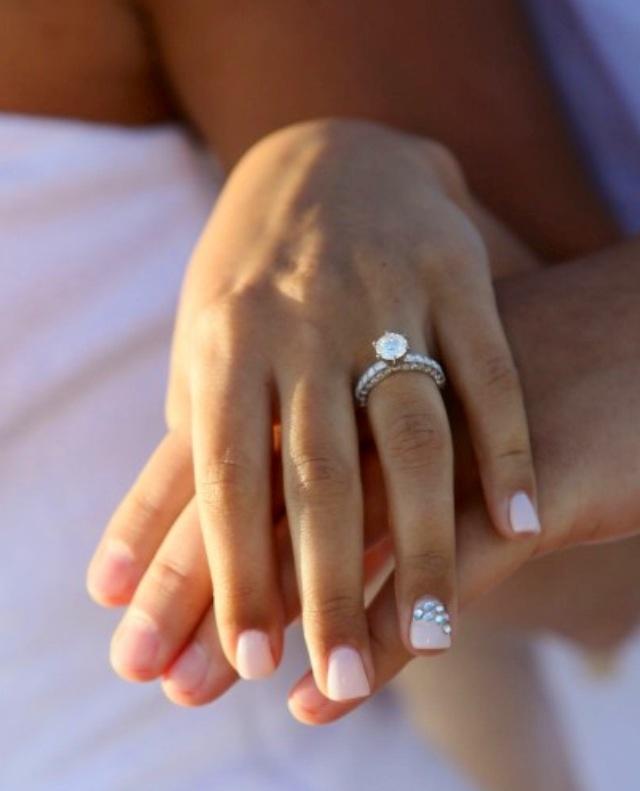Uñas de Novia con manicure en rosa y detalle de piedritas
