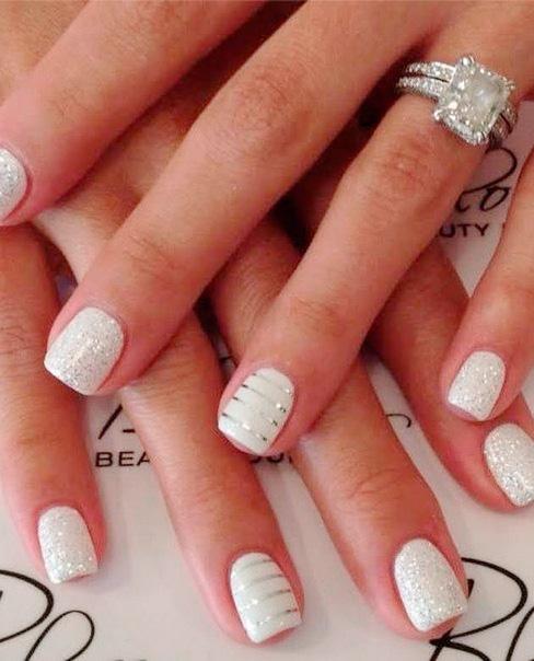 Uñas de Novia blancas con decoración de glitter
